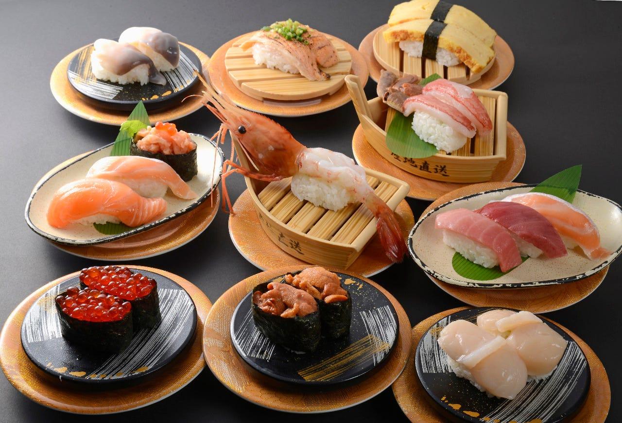 えびやウニなどさまざまな寿司がテーブルに並ぶ