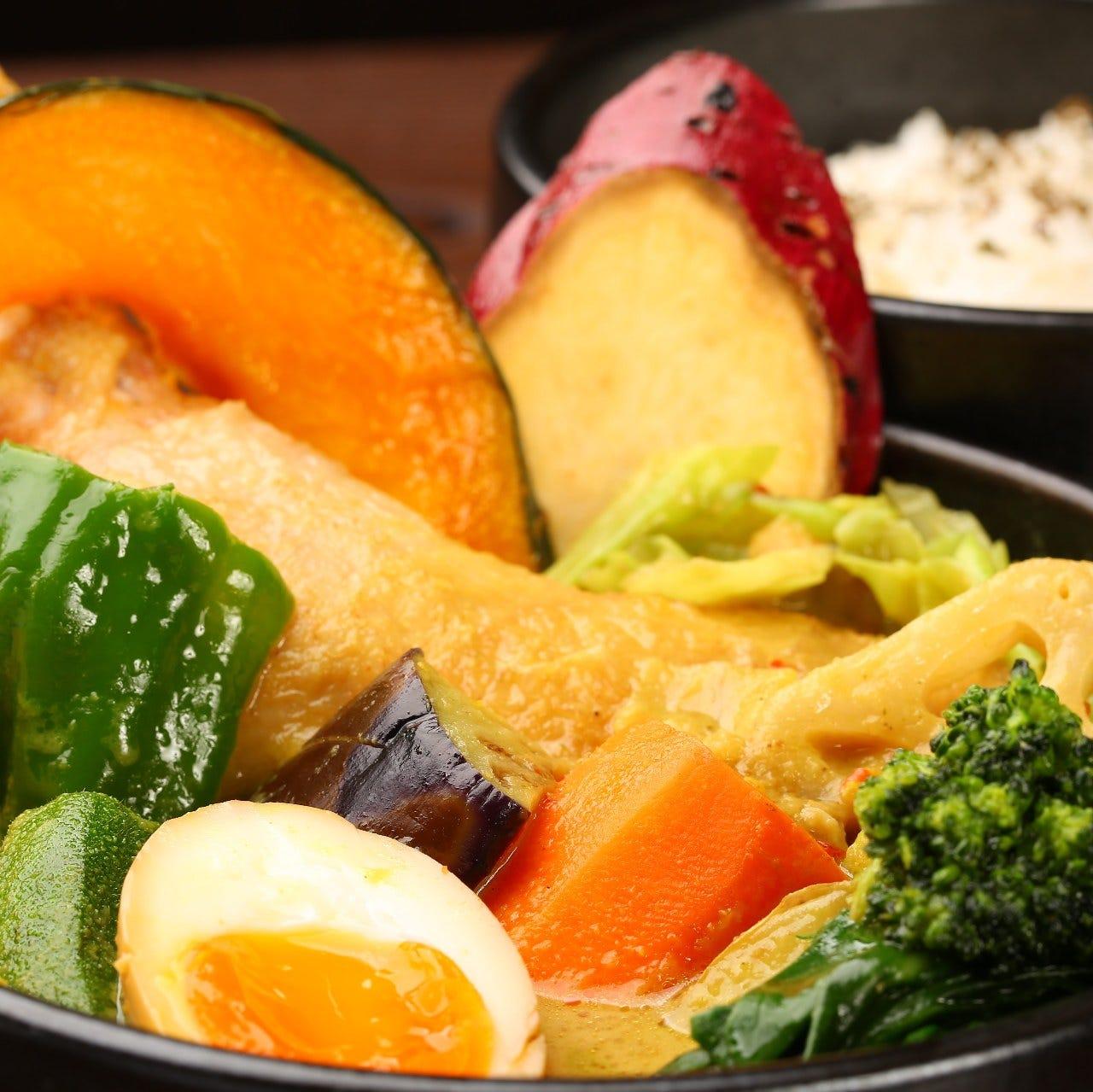 器に野菜がたくさん盛られている