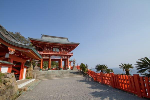楼門、右手に海