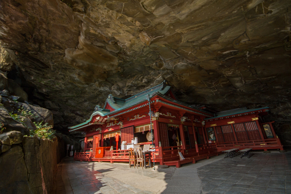 洞窟内の神社