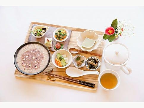 お参り後は、健康的な朝食をご用意しています。 美肌粥にはお肌に良いものがたっぷり!※仕入の都合上、内容が異なる場合あり