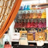 도쿄, 오모테산도 - 놀라운 라인업에서 보물 같은 패션 아이템을 발견하세요! 빈티지 패션에 관심이 있나요? 아모레 빈티지 도쿄(Amore Vintage Tokyo)에 푹 빠져보세요