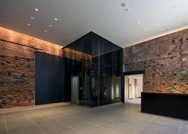 Bilik pameran dengan dinding bata bersejarah 100 tahun