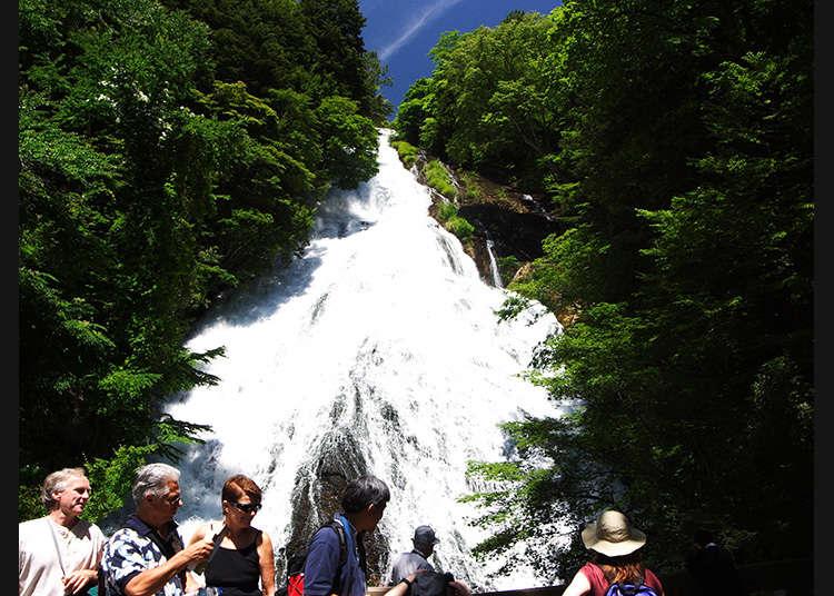 Air Terjun Ternama di Oku Nikko yang Mengalir Jatuh Melalui Dinding Bebatuan