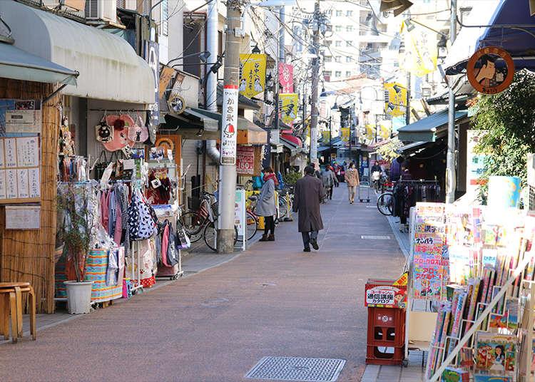 Berjalan-jalan sambil menikmati makanan di Yanakaginza Shopping Street.