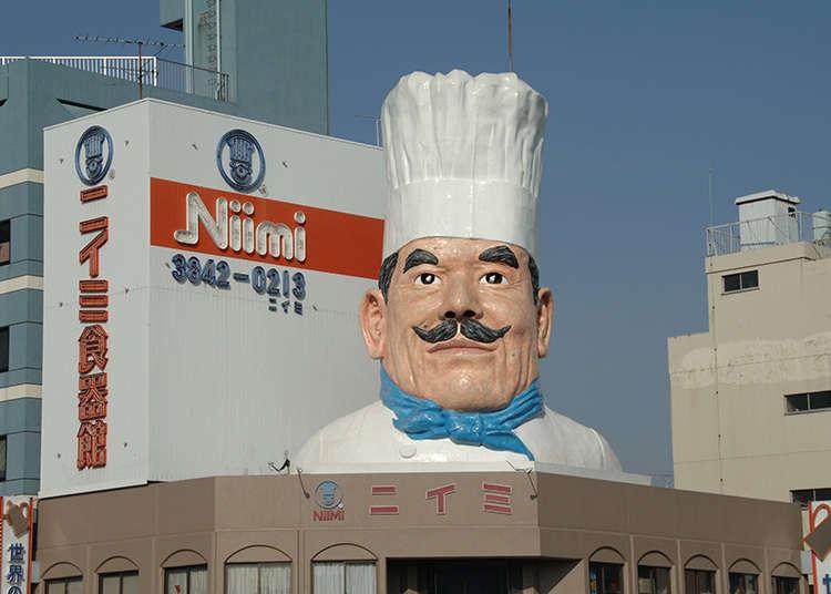 거대한 요리사 모형이 표시인 식품주방용품점