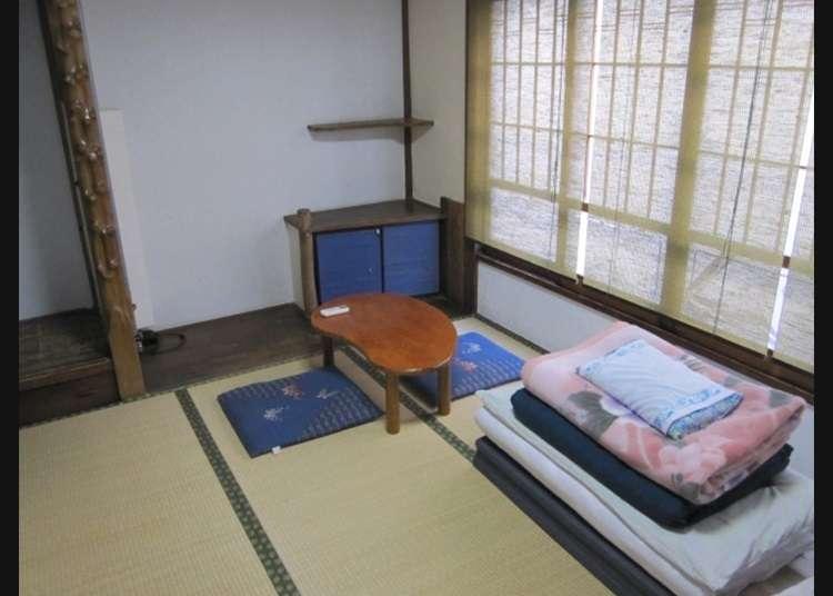 Gaya Jepang Menggelar Futon (Kasur Jepang) di Kamar dengan Lantai Tatami