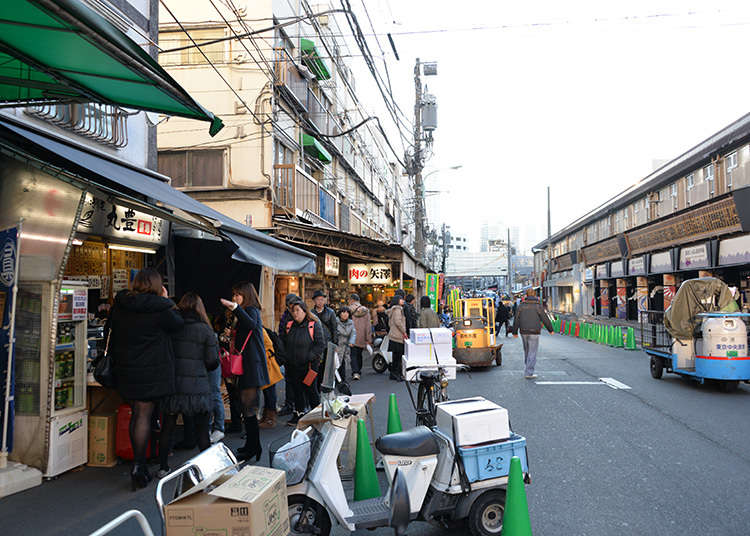Taste food in the Tsukiji Outer Market