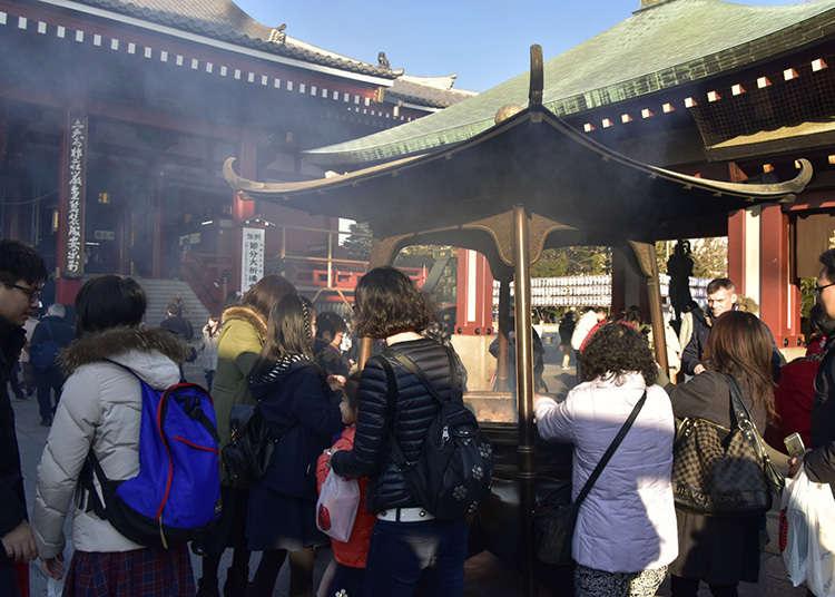 在淺草寺置身於燒香的煙氣中