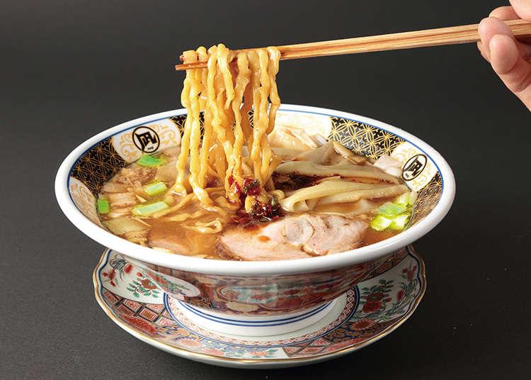 品尝用小杂鱼熬成汤底的拉面