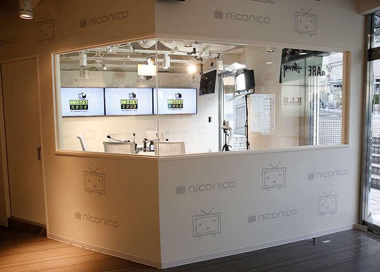 Menonton siaran internet secara langsung di bangunan utama Niconico