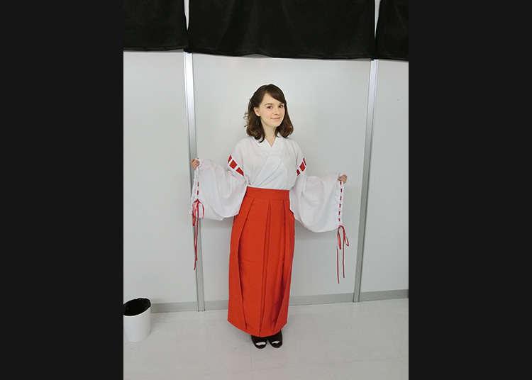 Mengenakan Kostum Miko!