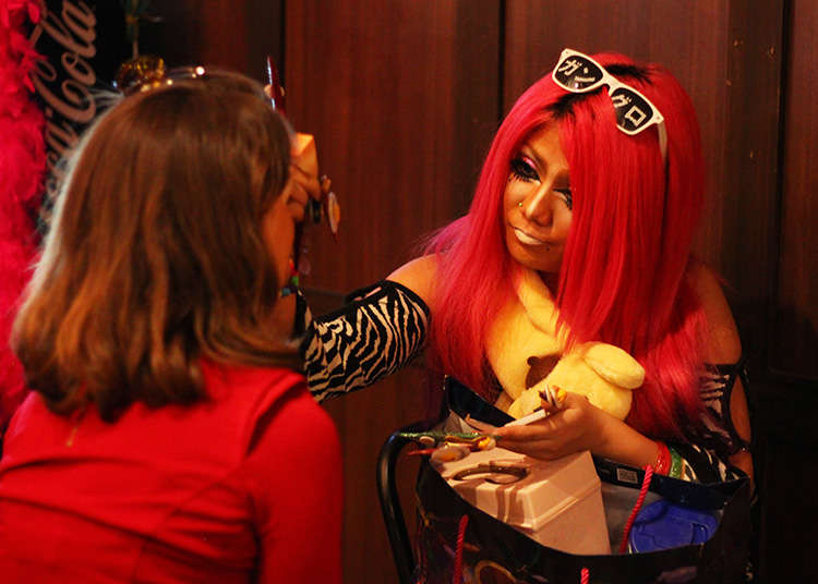 "Real Harajuku Girls: Getting a Japanese '90s ""Gyaru"" Style Makeover at Shibuya's Ganguro Cafe!"