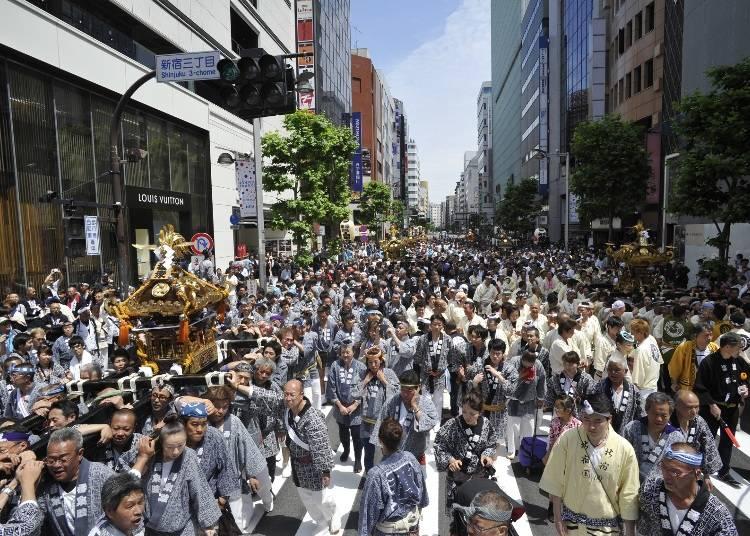 神輿が練り歩く「花園神社例大祭」