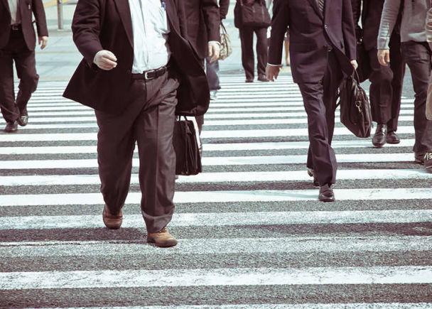 Pejalan Kaki Berjalan di Sebelah Kanan