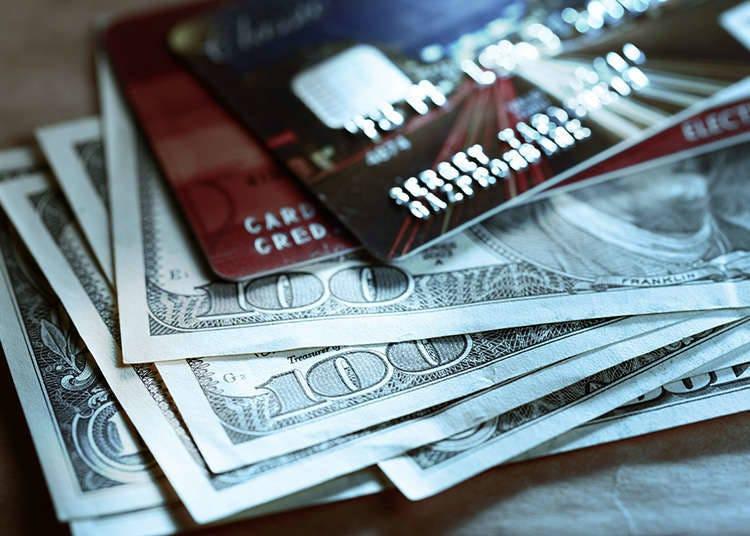 現金とデビットカード
