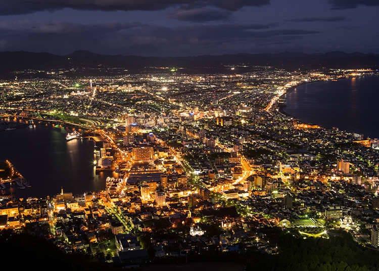 Melihat Pemandangan Malam dari Atas Gunung