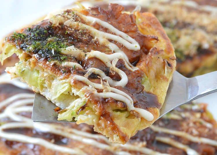 "Untuk ""okonomiyaki ala Kansai"", bahan-bahan digaul dan dimasak."