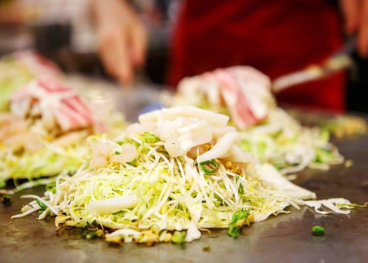 """Untuk """"okonomiyaki ala Hiroshima"""", bahan-bahan disusun berlapis dan dibakar."""