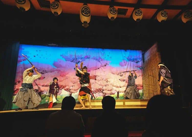 ลิ้มรสประสบการณ์ชมละครและการแสดงที่มีประวัติยาวนานในบ้านซามูไร