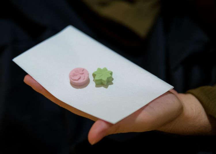 まずは和菓子を頂く