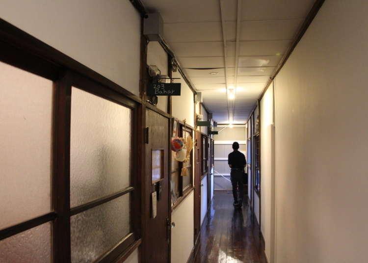 정면을 향해 왼쪽 계단을 올라가서 2층으로