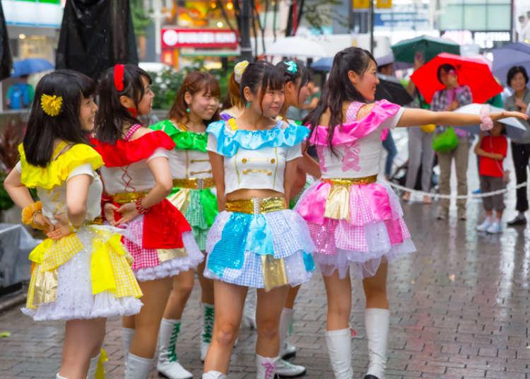 Pertunjukan tari dan alat musik tradisional.
