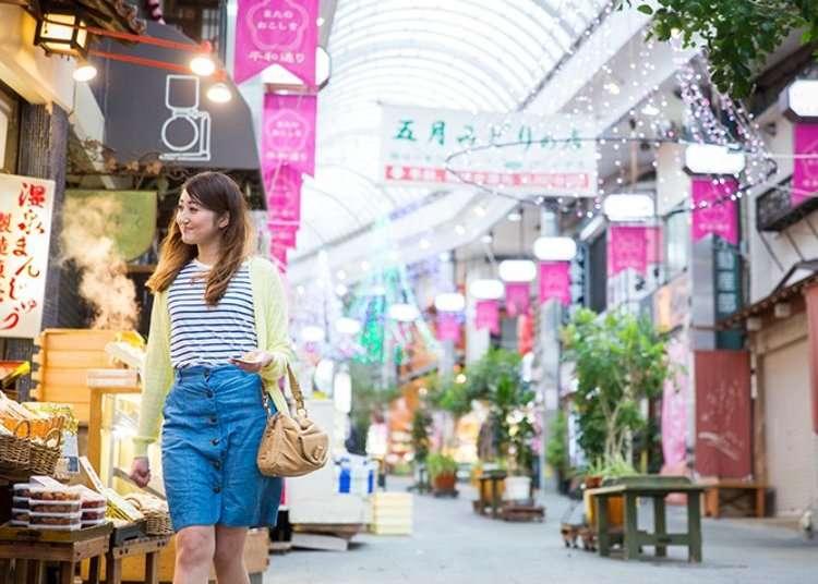 Kedai-kedai yang teratur di kompleks membeli-belah