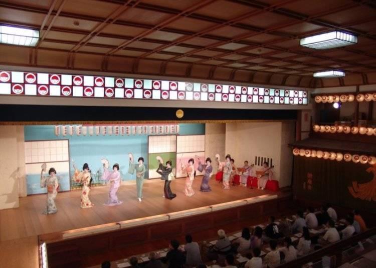 게이샤의 우아하고 아름다운 춤을 '게이기켄반'에서 감상