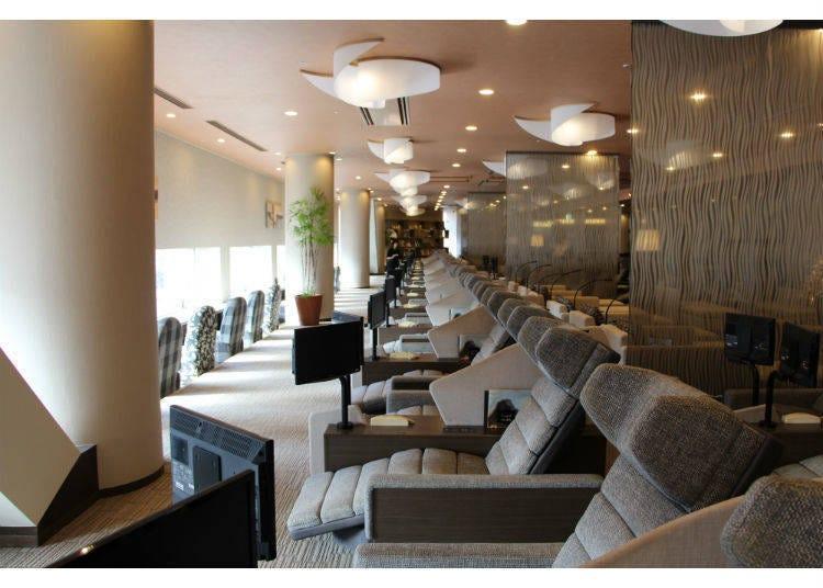 在「Spa LaQua」的休閒躺椅、邊看專用的電視邊休息一下