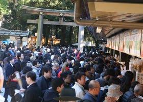 驚於神社舞台背後的忙碌景象!日本新年初詣參拜者人數高居首位的明治神宮花費半年時間於新年參拜的準備工作上……