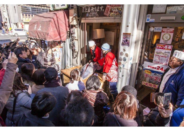 在築地的巷弄裡舉行的鮪魚解體秀