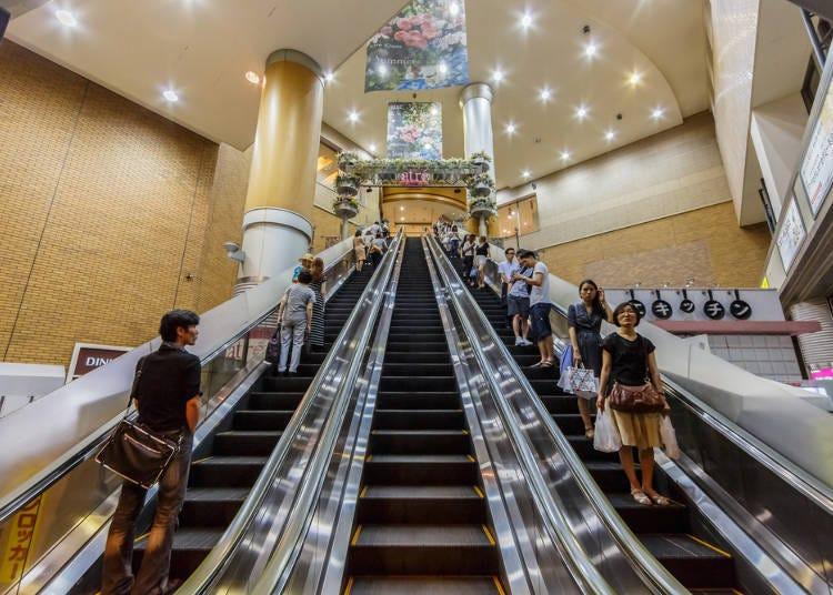 搭乘电扶梯时靠边站,关东地区靠左、关西地区靠右