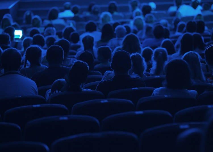 在电影院看电影时,应尽量安静坐着避免发出声音,片尾字幕完全结束前不离席
