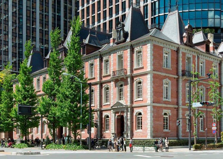 都心に溶け込む歴史ある赤レンガの建物と庭園