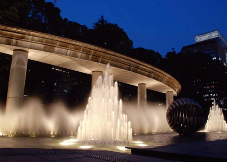 以夜晚亮灯的大喷水池美景为伴,悠闲地漫步于喷水公园
