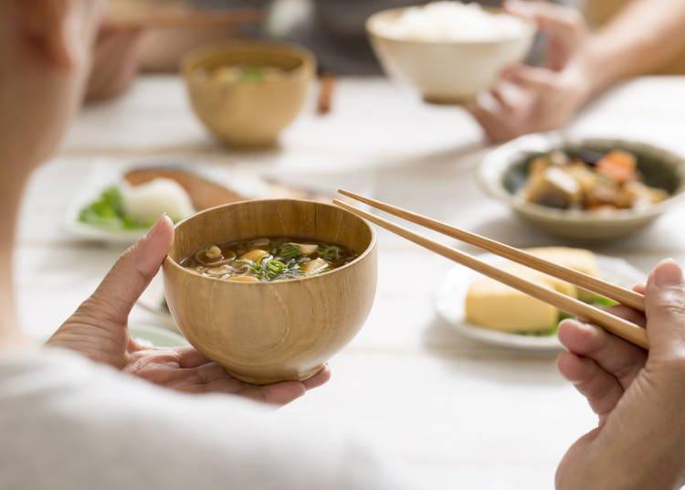 六、吃饭或喝汤时要把碗端在胸前,喝汤时不发出声音