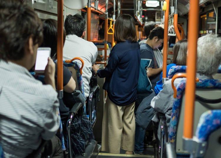 5)在公車行走時可以自由走動嗎?