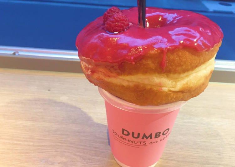 放置于杯子上的大甜甜圈