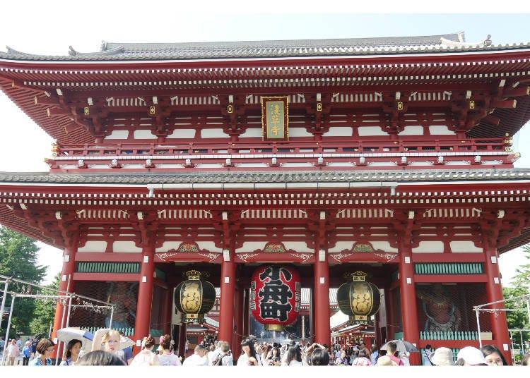 穿过浅草寺的山门「宝藏门」来到寺院境内