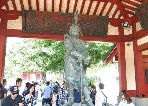 穿過淺草寺的山門「寶藏門」來到寺院境內