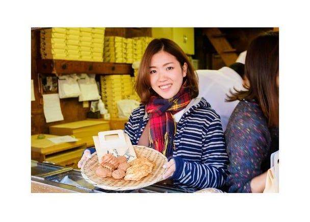 仲見世商店街的推薦美食④人形燒與「龜型」的手工烤仙貝