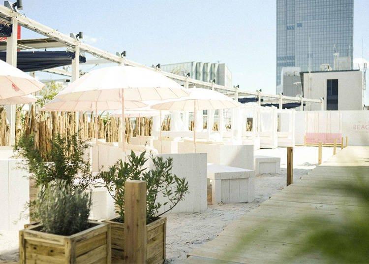 「루미네 에스토 신주쿠」15톤의 하얀 모래에 핑크 파라솔이 펼쳐진 해변카페!
