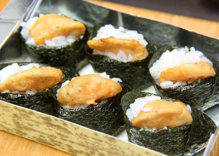 길거리 음식 4)탱글탱글 새우튀김이 들어간 '가마쿠라 하이카라무스비 텐무스야'의 튀김 주먹밥!