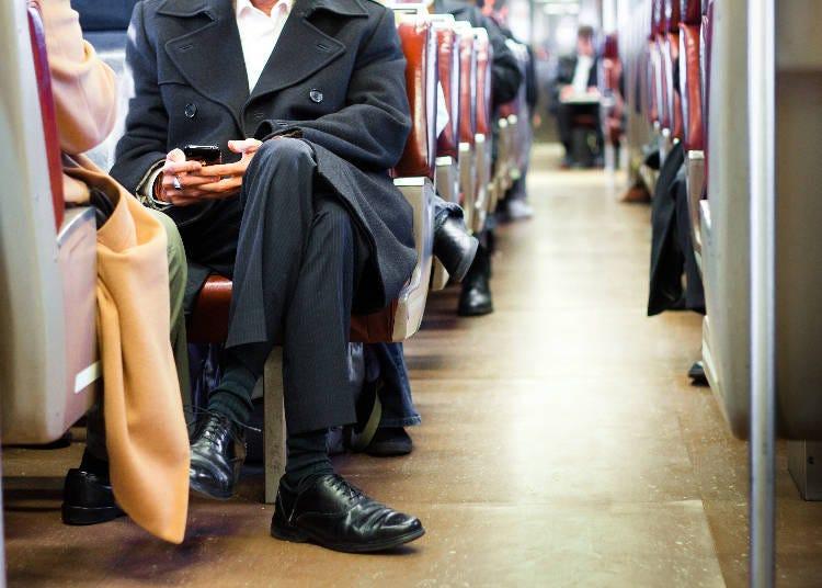 電車の中の女性のマナーにがっかり…。(ミャンマー/10代/男性)