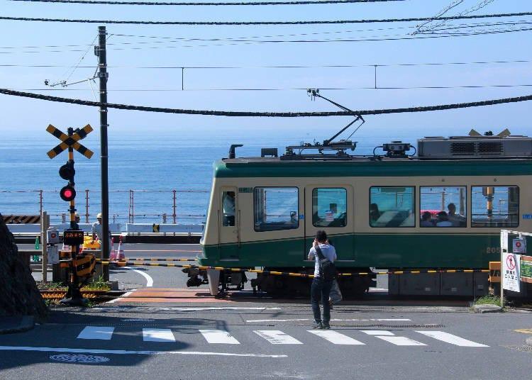 "SPOT 1) ""Slam Dunk"" Fans Gather at ""Kamakurakokomae Railroad crossing"""