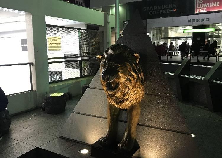 8. 新宿站東口的石獅雕像有什麼用途?