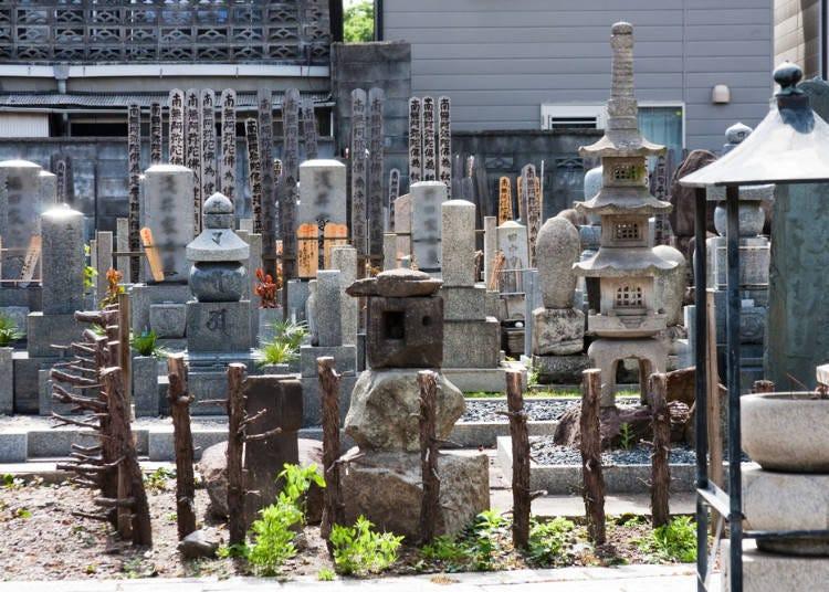 ①일본의 길거리를 걷다보면 가끔 보이는 공동묘지!