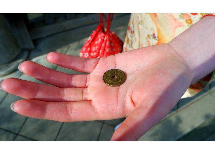 과연 얼마의 동전을 새전함에 넣는 것일까?