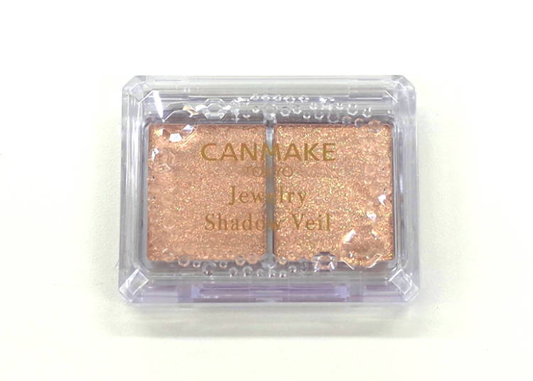 Jewelry Shadow Veil 02: Eye shadow that uses large and small glitter to bring out the elegance of your eyes! (600 yen, tax excluded)